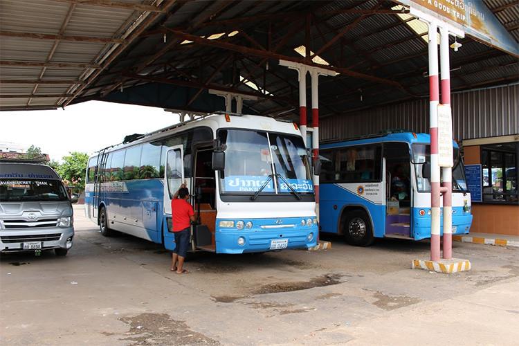 ラオス(Laos)のサワンナケート(Savannakhet)から発車するバス ...