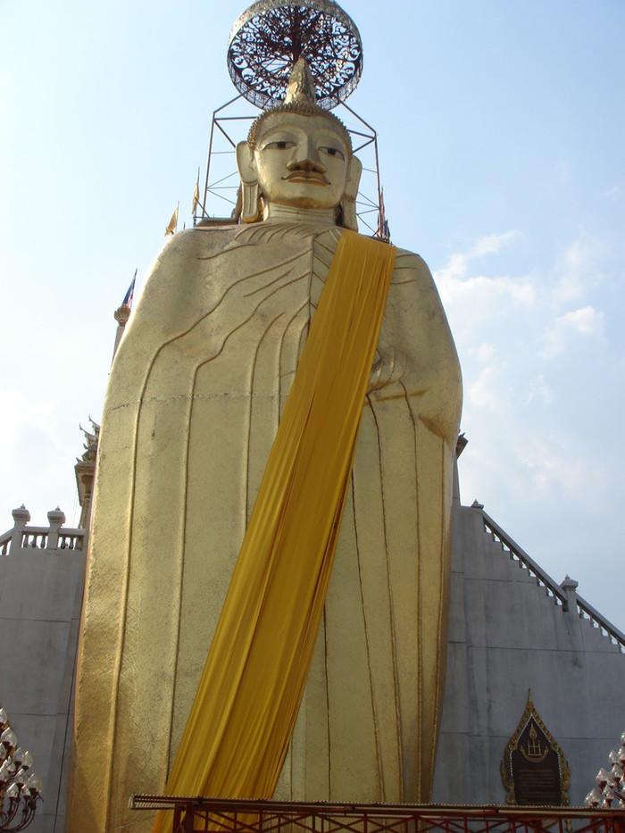 40m以上ある立った巨大な仏像