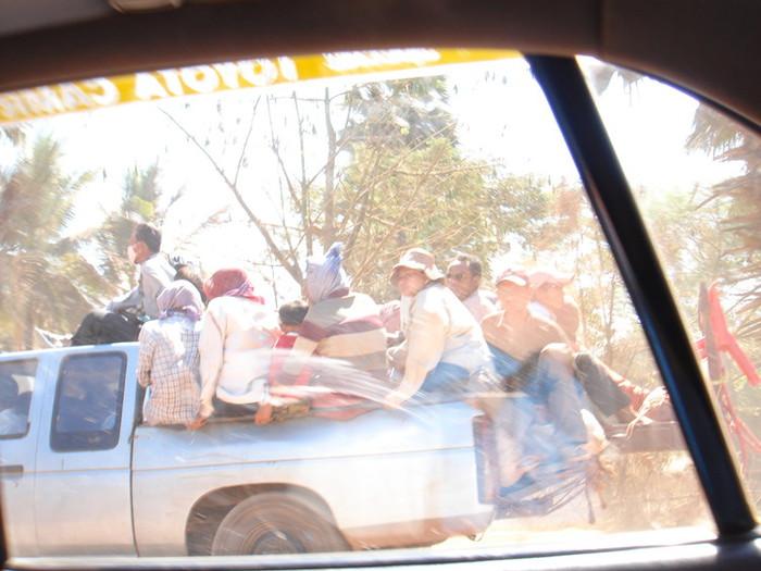 ピックアップトラック(後ろの荷台に人を満載して走る)