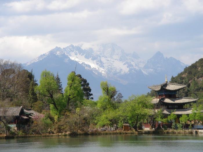 玉泉公園から見る玉龍雪山