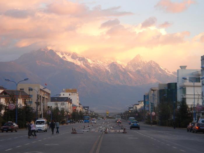 朝日に照らされた玉龍雪山
