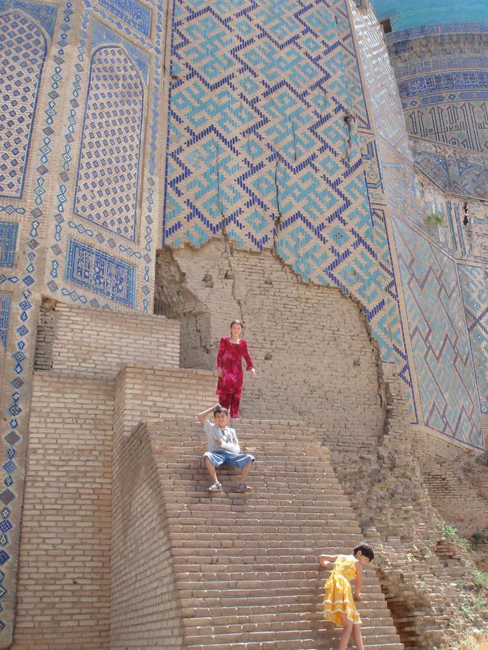 ビビハニム・モスクを案内してくれたウズベキスタンの女の子たち