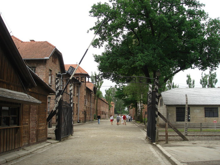 アウシュビッツ跡地「ARBEIT MACHT FREI(働けば自由になる)」の門