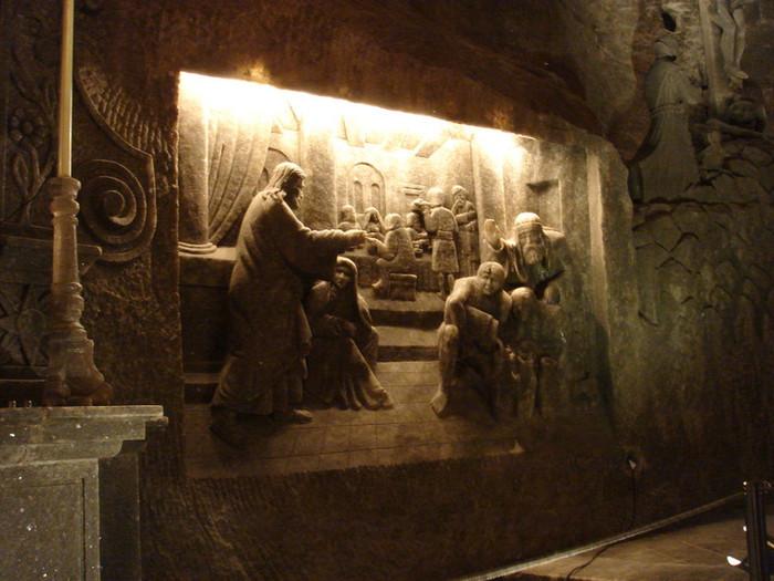 坑道内部の塩で作られたシャンデリアやマリア像