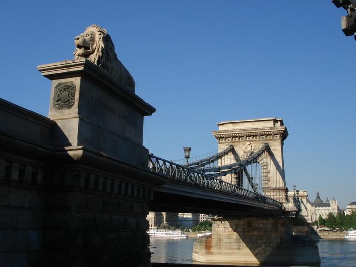 ドナウ川にかかるくさり橋