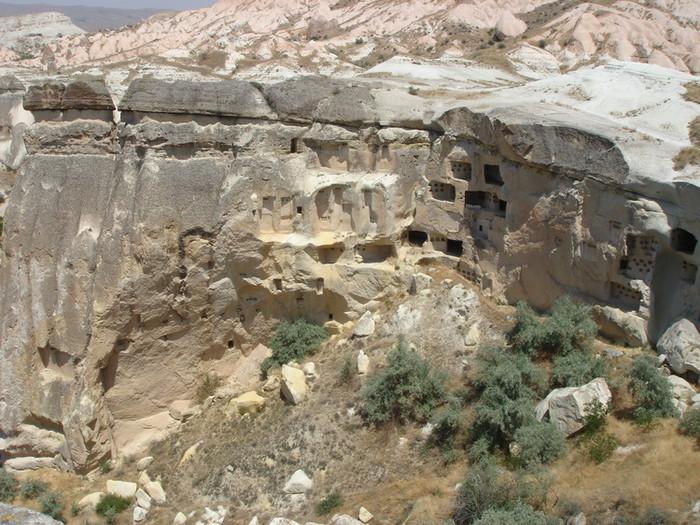 岩山に穴を掘って人が住んでいた跡のあるローズバレー