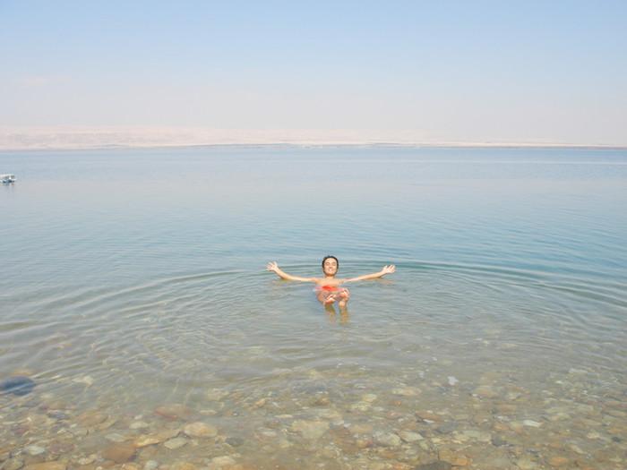 死海で浮かんでみる