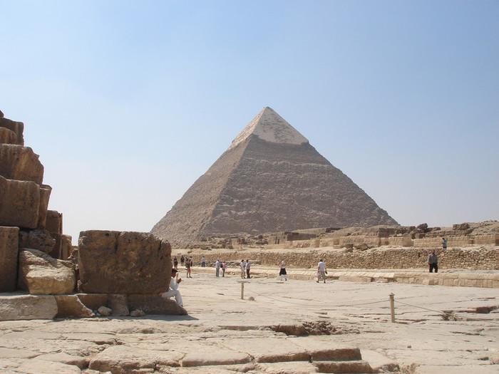 ピラミッドの頂上部に残る大理石部