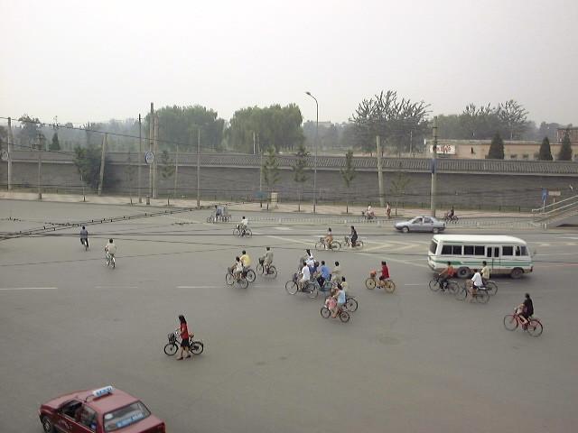 車道を我が物顔で走る自転車