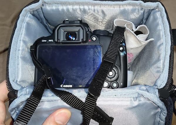 OUTDOORカメラショルダーバッグ3.2LにEOSKISSX7がすっぽり入る