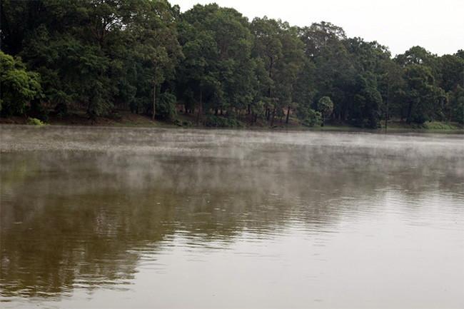 アンコールワットの水面に霧がでて幻想的な風景